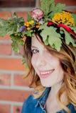 Giovane donna della testarossa con la corona delle foglie della quercia fotografia stock libera da diritti