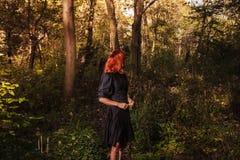 Giovane donna della testarossa nel legno Immagini Stock Libere da Diritti