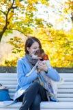 Giovane donna della testarossa in vestito blu con l'animale domestico fotografie stock