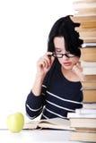 Giovane donna dello studente che studia allo scrittorio Immagini Stock Libere da Diritti