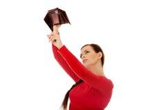 Giovane donna dello studente che tiene portafoglio vuoto Immagini Stock Libere da Diritti