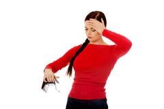 Giovane donna dello studente che tiene portafoglio vuoto Fotografia Stock