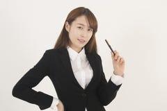 Giovane donna di affari asiatica attraente con una penna Immagine Stock Libera da Diritti