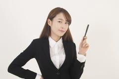 Giovane donna di affari asiatica attraente con una penna Fotografia Stock