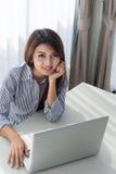 Giovane donna di affari asiatica che lavora al computer portatile Fotografia Stock Libera da Diritti