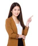Giovane donna di affari asiatica con il punto del dito su Immagini Stock