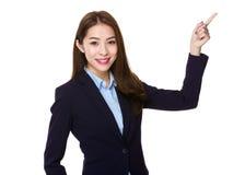 Giovane donna di affari asiatica con il punto del dito su Fotografie Stock