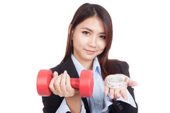 Giovane donna di affari asiatica con la testa di legno rossa e nastro adesivo di misurazione Fotografie Stock
