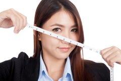 Giovane donna di affari asiatica con nastro adesivo di misurazione Fotografia Stock