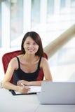 Giovane donna di affari asiatica nell'ufficio fotografia stock libera da diritti