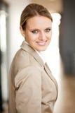 Giovane donna di affari astuta Fotografia Stock