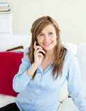 Giovane donna di affari attraente che comunica sul telefono Immagine Stock