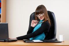 Giovane donna di affari attraente in ufficio fotografia stock libera da diritti