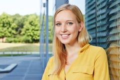 Giovane donna di affari bionda accanto all'ufficio Fotografia Stock