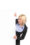 Giovane donna di affari bionda che esamina bandiera bianca Immagini Stock
