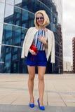 Giovane donna di affari in brevi tronchi blu Fotografie Stock