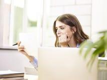Giovane donna di affari caucasica che lavora nell'ufficio Fotografia Stock