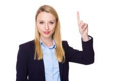 Giovane donna di affari caucasica che mostra dito su Fotografia Stock