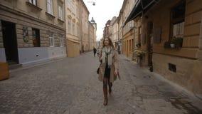 Giovane donna di affari che cammina giù la via video d archivio
