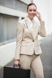 Giovane donna di affari che comunica sul telefono Fotografia Stock