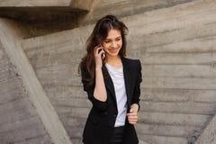 Giovane donna di affari che comunica sul telefono mobile Fotografia Stock