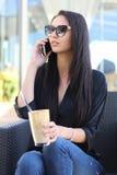Giovane donna di affari che discute a fondo il telefono Immagine Stock