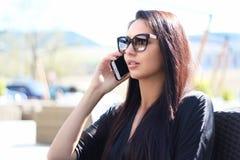 Giovane donna di affari che discute a fondo il telefono Fotografia Stock Libera da Diritti