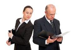 Giovane donna di affari che esamina i documenti Immagine Stock Libera da Diritti