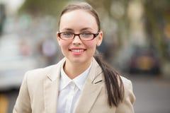 Giovane donna di affari che esamina macchina fotografica Immagine Stock