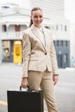 Giovane donna di affari che esamina macchina fotografica Immagini Stock