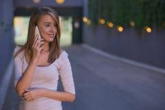 Giovane donna di affari che fa una telefonata sul suo Smart Phone fotografia stock libera da diritti