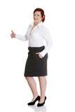 Giovane donna di affari che gesturing bene. Immagini Stock
