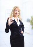Giovane donna di affari che indica segno giusto fotografie stock libere da diritti