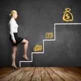 Giovane donna di affari che intraprende il primo punto nell'ottenere gli più alti salarys fotografia stock