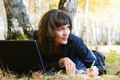 Giovane donna di affari che lavora al computer portatile Immagini Stock Libere da Diritti