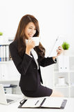 giovane donna di affari che lavora con la compressa in ufficio Immagine Stock