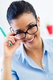 Giovane donna di affari che lavora nel suo ufficio Immagini Stock Libere da Diritti