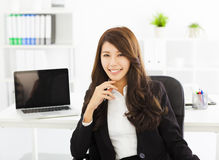 Giovane donna di affari che lavora nell'ufficio Fotografia Stock Libera da Diritti