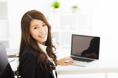 Giovane donna di affari che lavora nell'ufficio Immagini Stock Libere da Diritti