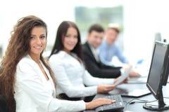 Giovane donna di affari che lavora in un ufficio facendo uso del computer con il co Fotografia Stock Libera da Diritti