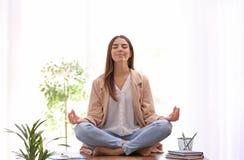 Giovane donna di affari che meditating Concetto di zen immagine stock libera da diritti