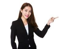 Giovane donna di affari che mostra dito su Immagine Stock