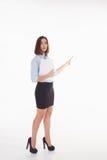 Giovane donna di affari che mostra qualcosa sul Fotografia Stock