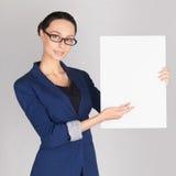 Giovane donna di affari che mostra spazio in bianco Fotografia Stock