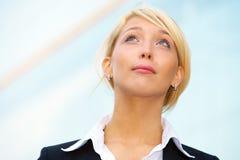 Giovane donna di affari che osserva in su Immagini Stock