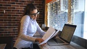 Giovane donna di affari che parla sul telefono e che discute il contratto archivi video