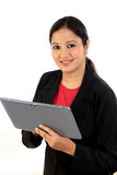 Giovane donna di affari che per mezzo del computer della compressa fotografia stock libera da diritti