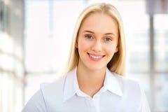 Giovane donna di affari che per mezzo del computer portatile fotografie stock