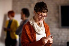 Giovane donna di affari che per mezzo del telefono di mobil immagini stock libere da diritti