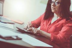 Giovane donna di affari che per mezzo di un calcolatore, effetto della luce Fotografia Stock Libera da Diritti